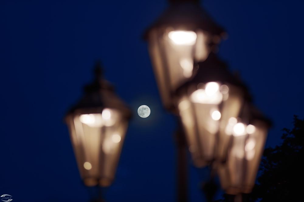 Laternen mit dem Mond im Hintergrund