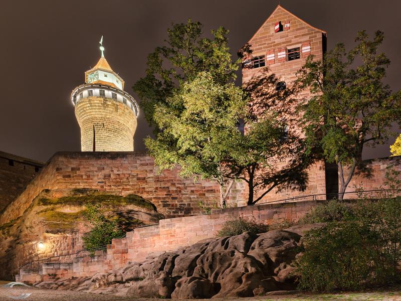 Burg vom Fuss des Hügels aus