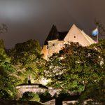Bild der Stirnseite der Burg bei Nacht