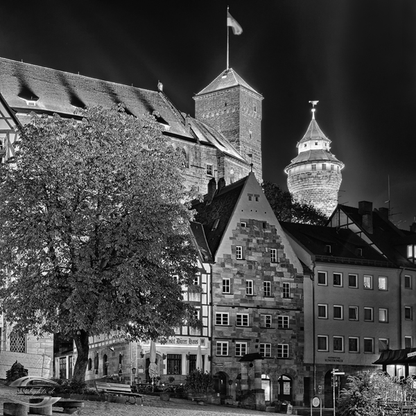 Tiergärtnertorplatz bei Nacht in schwarz-weiß
