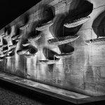 Ein Brunnen in schwarz-weiß bei Nacht