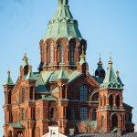 Rote Kathedrale vor blauem Himmel
