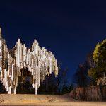 Ein Monument bei Nacht