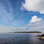 Blick über das Meer mit dem Steinufer rechts