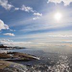 Blick über das Meer mit dem Steinufer links