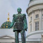 Statue eines Mannes vor einem Teil einer weißen Kathedrale