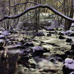 Schneebedeckte Steine in einem Fluss