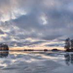Panorama eines gefronenen Sees mit einem bewölkgem Himmel