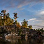 Mit Bäumen bewachsender Felsen