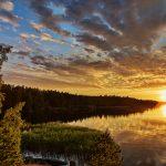 Wolken über einem See bei Sonnenuntergang