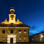 Blick auf ein beleuchtetes Gebäude zur Blauen Stunde