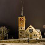 Blick auf eine verschneite Kirche bei Nacht