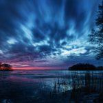 Blick auf eine Insel mit einem dramatischen Himmel