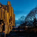 Blick auf ein Monument zur Blauen Stunde