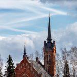 Kirche mit Wolken im Hintergrund