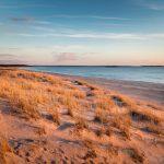 Blick einen Strand entlang