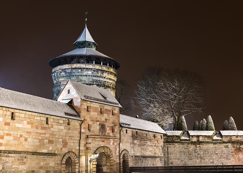 Bild vom Neutorturm und dem Neutor bei Nacht
