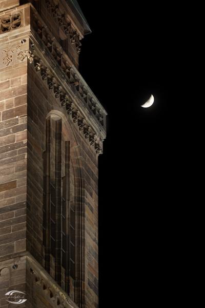 Mond neben einem Turm der Sebalduskirche