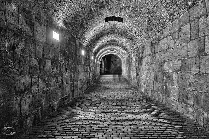 Blick im Inneren eines Tunnels in schwarz-weiß