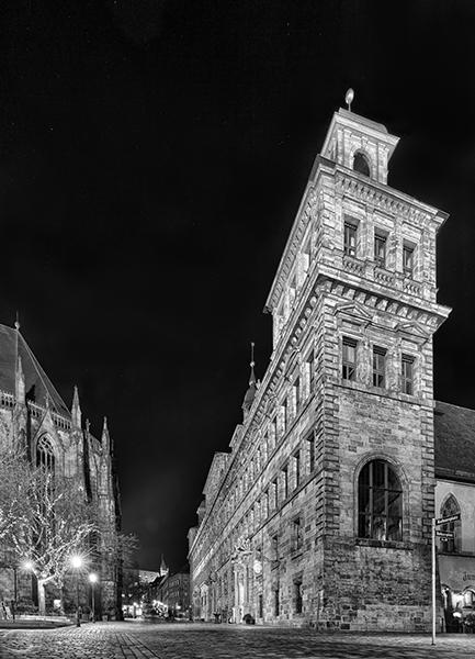 Turm des alten Rathauses in schwarz-weiß bei Nacht