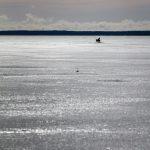 Ein Angler auf dem Eis