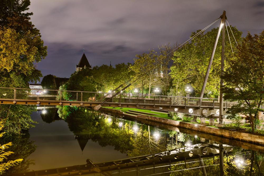 Blick entlang des Ufers der Pegnitz mit einer Brücke im Vordergrund