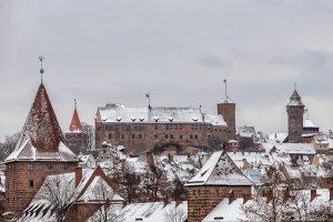 Bilder der verschneiten Nürnberger Kaiserburg mit teilen der Nürnberger Altstadt im Vordergrund