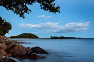 Bild vom Ufer des Sees Pyhäjärvi zur Blauen Stunde kurz nach Sonnenuntergang