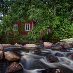 Ein Haus an einem Fluss