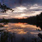Spiegelungen des Himmels im Wasser eines Sees