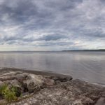 Panorama eines Sees mit bewölktem Himmel