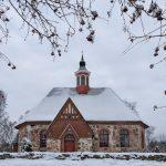 Blick auf eine verschneite Steinkirche