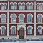 Blick auf ein Hausfasade mit vielen Fenstern