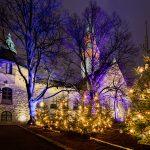 Bild mit derm finnischen Nationalmusem im Hintergrund und beleuchteten Weihnachtsbäumen im Vordergrund
