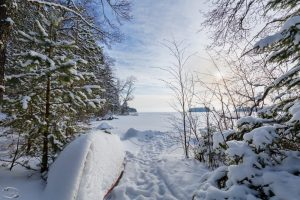 Winterlandschaft mit meinem verschneiten Boot im Vordergrund