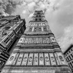 Blick entlang eines hohen Turmes nach oben in schwarz-weiß
