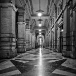 Bild eines ganges in Florenz mit eckigem Muster am Boden bei Nacht