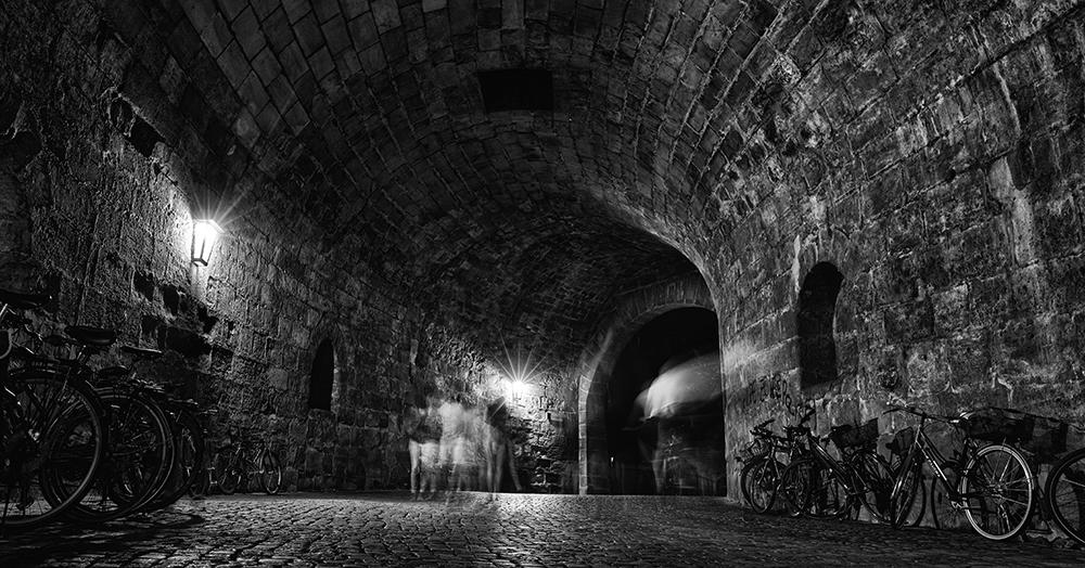 Durchgang beim Tiergärtnertor bei Nacht in schwarz-weiß