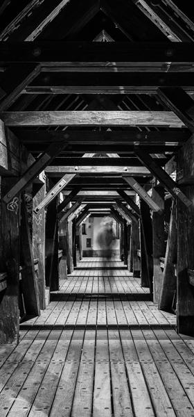 Henkersteg bei Nacht in schwarz-weiß
