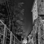 Blick entlang des Kettenstegs bei Nacht in schwarz-weiß