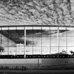 Schwarz-Weiß-Bild eines Gebäudes mit Glasfasade