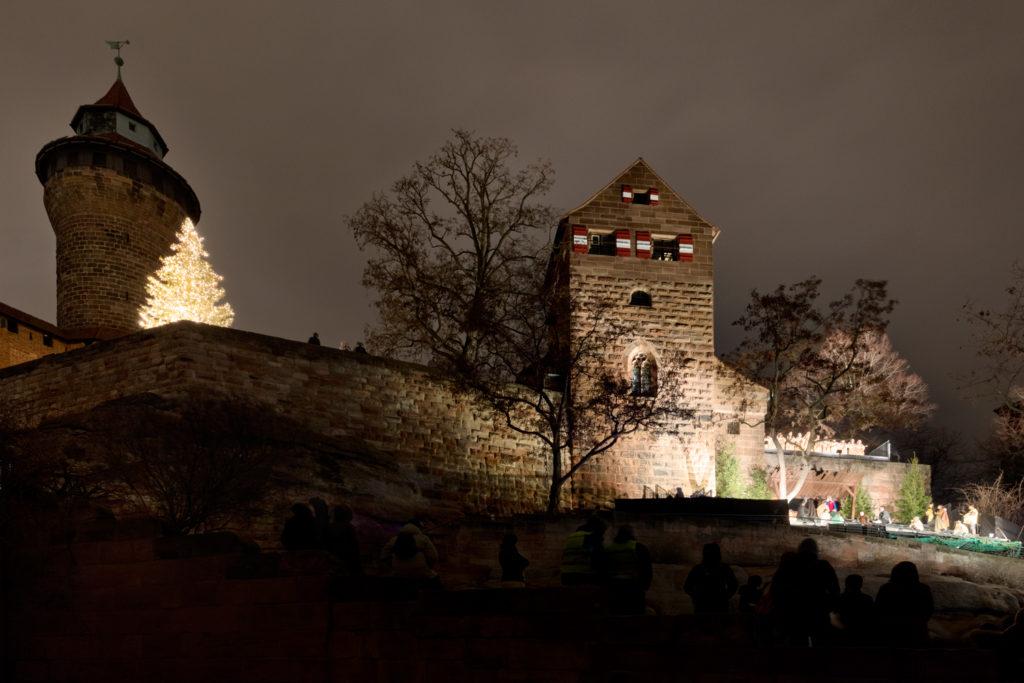 Bild der Kaiserburg bei Nacht mit dem Krippenspiel