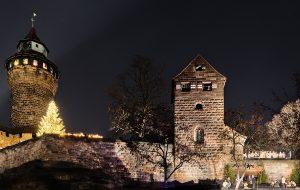 Bild der Kaiserburg mit dem Krippenspiel auf der rechten Seite