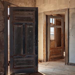Bild eines verlassenen Raumes mit offenen Türen