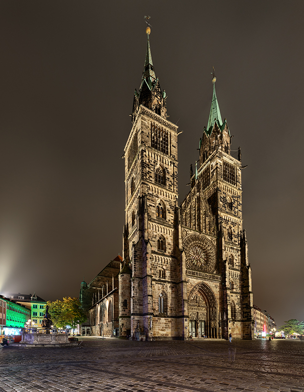 Bild der Lorenzkirche bei Nacht