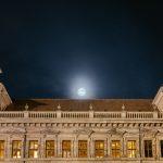 Vollmond knapp über dem Dach des Alten Rathauses