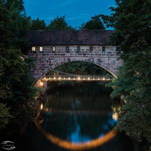 Bild des beleuteten Kettenstegs und der Fronveste am Abend