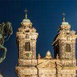 Türme der Kirche St. Egidien mit einer Reiterstatue links