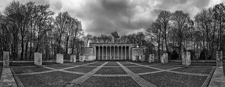 Blick auf die Ehrenhalle in schwarz-weiß