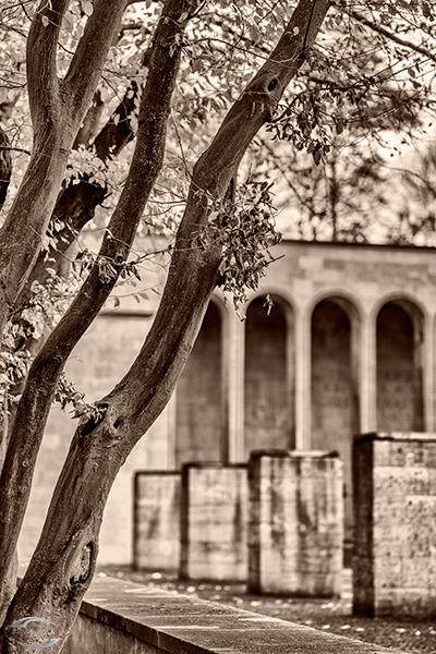 Blick auf einen Teil der Ehrenhalle in schwarz-weiß
